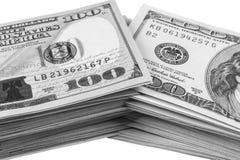 Bunt av hundra dollarräkningar som isoleras på vit bakgrund Bunt av kontanta pengar i hundra dollarsedlar Hög av hundra D royaltyfri fotografi