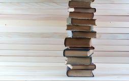 Bunt av inbunden bokböcker på trätabellen tillbaka skola till royaltyfri bild