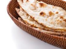 Bunt av indiskt naan bröd i liten korg Arkivfoto