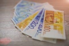 Bunt av israeliska pengarräkningar av 100, sikel 200 Arkivfoto