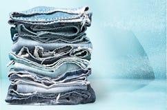 Bunt av jeans på trätabellen, närbildsikt Arkivbilder