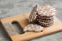 Bunt av kakor på ett bambubräde Arkivfoton