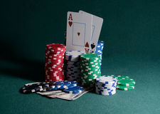 Bunt av kasinochiper och dollarräkningar på pokertabellen Royaltyfri Fotografi