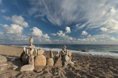 Bunt av kiselstenar som balanserar på en strand Royaltyfri Bild