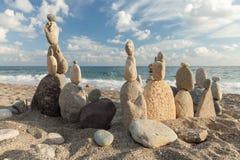 Bunt av kiselstenar som balanserar på en strand Fotografering för Bildbyråer