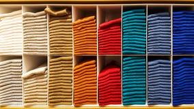 Bunt av kläder på en hylla royaltyfri fotografi