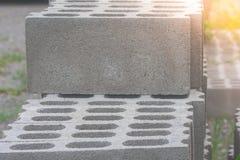 Bunt av konkreta kvarter för cement på konstruktionsplatsen slapp fokus arkivbild