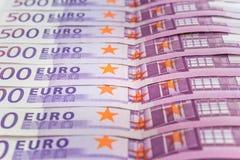 Bunt av kontanta pengar - makro för 500 euroräkningar Arkivfoton