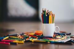 Bunt av kulöra blyertspennor i ett exponeringsglas royaltyfria bilder