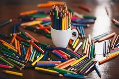 Bunt av kulöra blyertspennor i ett exponeringsglas royaltyfri foto
