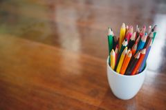 Bunt av kulöra blyertspennor i ett exponeringsglas arkivfoton