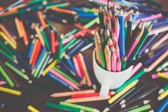 Bunt av kulöra blyertspennor i ett exponeringsglas royaltyfria foton