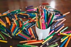 Bunt av kulöra blyertspennor i ett exponeringsglas arkivbilder