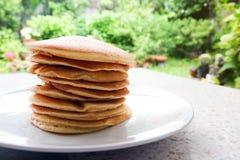 Bunt av läckra pannkakor på plattan på tabellen Royaltyfria Foton