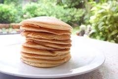 Bunt av läckra pannkakor på plattan på tabellen Arkivbilder