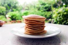 Bunt av läckra pannkakor på plattan på tabellen Arkivfoton