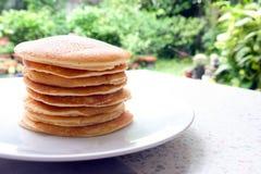 Bunt av läckra pannkakor på plattan på tabellen Royaltyfri Bild