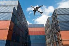 Bunt av lastbehållare med lastflygplanet på importen och expon arkivbild