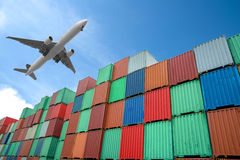 Bunt av lastbehållare på docksna royaltyfri bild