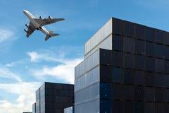 Bunt av lastbehållare på import- och exportområde på port royaltyfria bilder