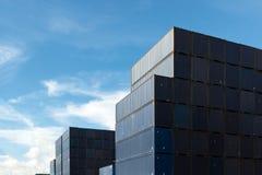Bunt av lastbehållare på import- och exportområde på port royaltyfria foton