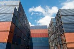 Bunt av lastbehållare på import- och exportområde på port arkivbild