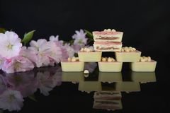 Bunt av lyxiga vita choklader på den svarta glass tabellen Royaltyfria Foton