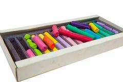 Bunt av mångfärgade pastellfärgade chalks på asken Royaltyfri Bild