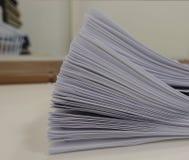 Bunt av mötepapper på tabellen med suddigt av kontorsrum arkivbilder