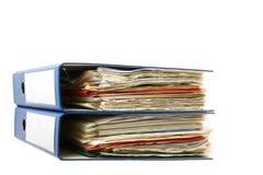 Bunt av mappar. Hög med gamla dokument och räkningar. Isolerat på vit bakgrund Arkivbild
