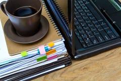 Bunt av mappar och dokument med kaffe Arkivfoto