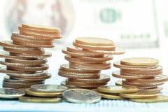 Bunt av mynt på bookbank Royaltyfri Bild