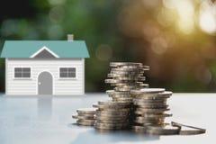 Bunt av myntpengar med huset Spara pengar för ett husbegrepp royaltyfri foto