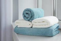Bunt av nya mjuka handdukar arkivfoto