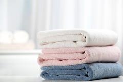 Bunt av nya mjuka handdukar royaltyfri fotografi