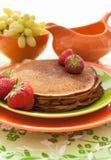 Bunt av nytt traditionella pannkakor (blini) med jordgubbar Royaltyfri Bild