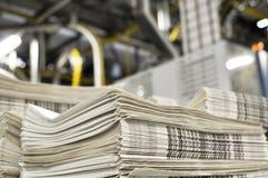 Bunt av nytt utskrivavna dagstidningar som transporteras till ett tryck Arkivfoton