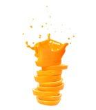 Bunt av orange fruktskivor med fruktsaftfärgstänk. Royaltyfri Bild