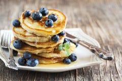 Bunt av pannkakor med blåbäret och honung royaltyfri bild
