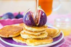 Bunt av pannkakor med fikonträd och honung arkivfoton
