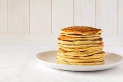 Bunt av pannkakor med smör och honung arkivfoto