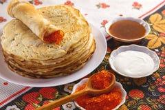 Bunt av pannkakor på plattan - traditionell mat för ryss Royaltyfria Foton
