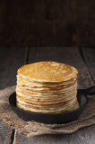 Bunt av pannkakor på stekpannan lantligt Fotografering för Bildbyråer