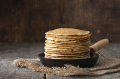 Bunt av pannkakor på stekpannan lantligt Royaltyfria Bilder