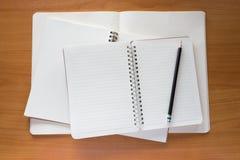 Bunt av pappers- anteckningsböcker och blyertspennan Royaltyfria Foton