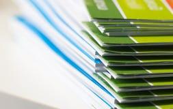 Bunt av pappers- dokument för rapport för affär, affärslegitimationshandlingar för årsrapportmappar Begrepp för affärskontor, mju arkivfoto