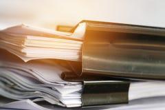 Bunt av pappers- dokument med gemet, h?g av oavslutade dokument p? mappar f?r kontorsskrivbord Aff?rslegitimationshandlingar f?r  arkivbild