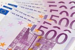 Bunt av pengar med stora 500 eurosedlar Arkivbilder