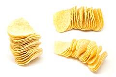 Bunt av potatischiper på en vit Fotografering för Bildbyråer