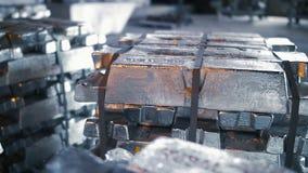 Bunt av rå Aluminum tackor stock video